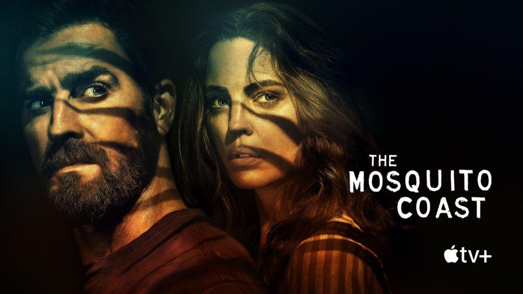 """Copertina della serie. Un uomo e una donna sui 40 anni. Sui loro volti sono proiettate le ombre di alcune foglie. In basso, a destra la scritta: """"The Mosquito Coast"""". Apple TV Plus."""