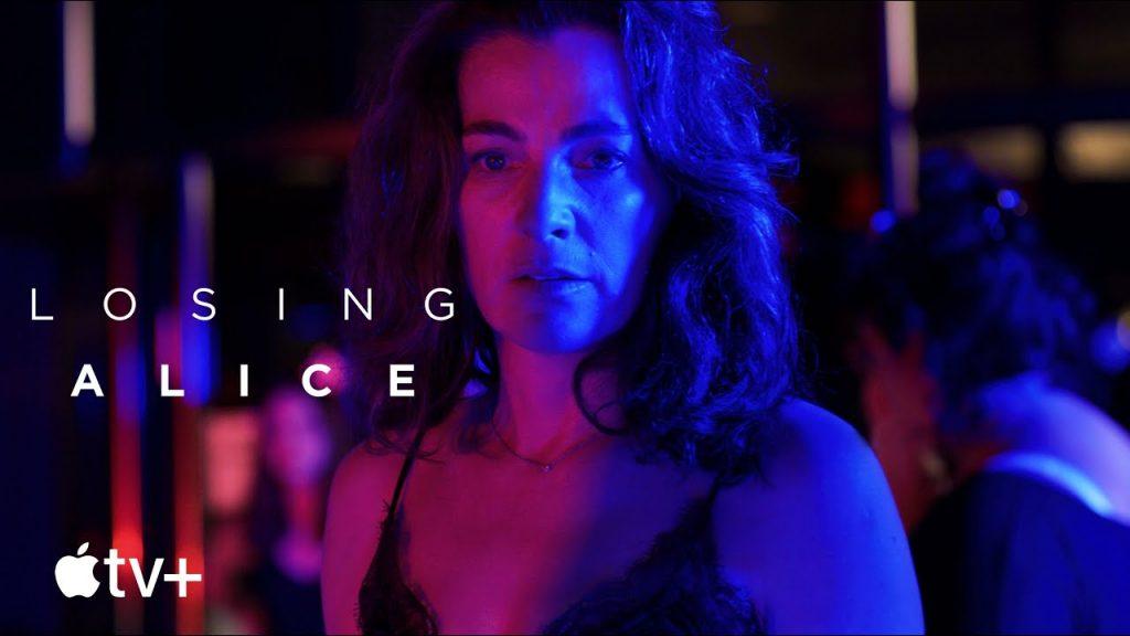 Locandina di Losing Alice. Una donna sui 40 anni guarda fisso davanti a sé. Il volto è illuminato di blu e fucsia.